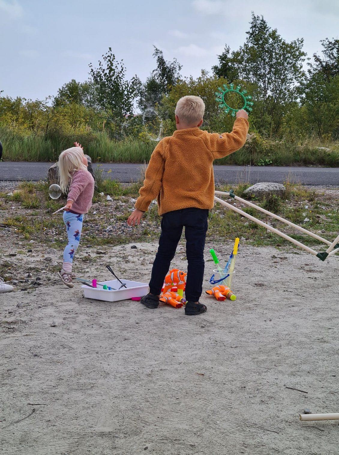 Barn blåser såpbubblor