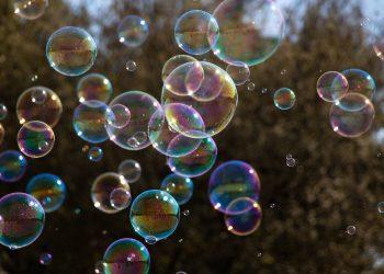 Bild på såpbubblor som flyger i luften