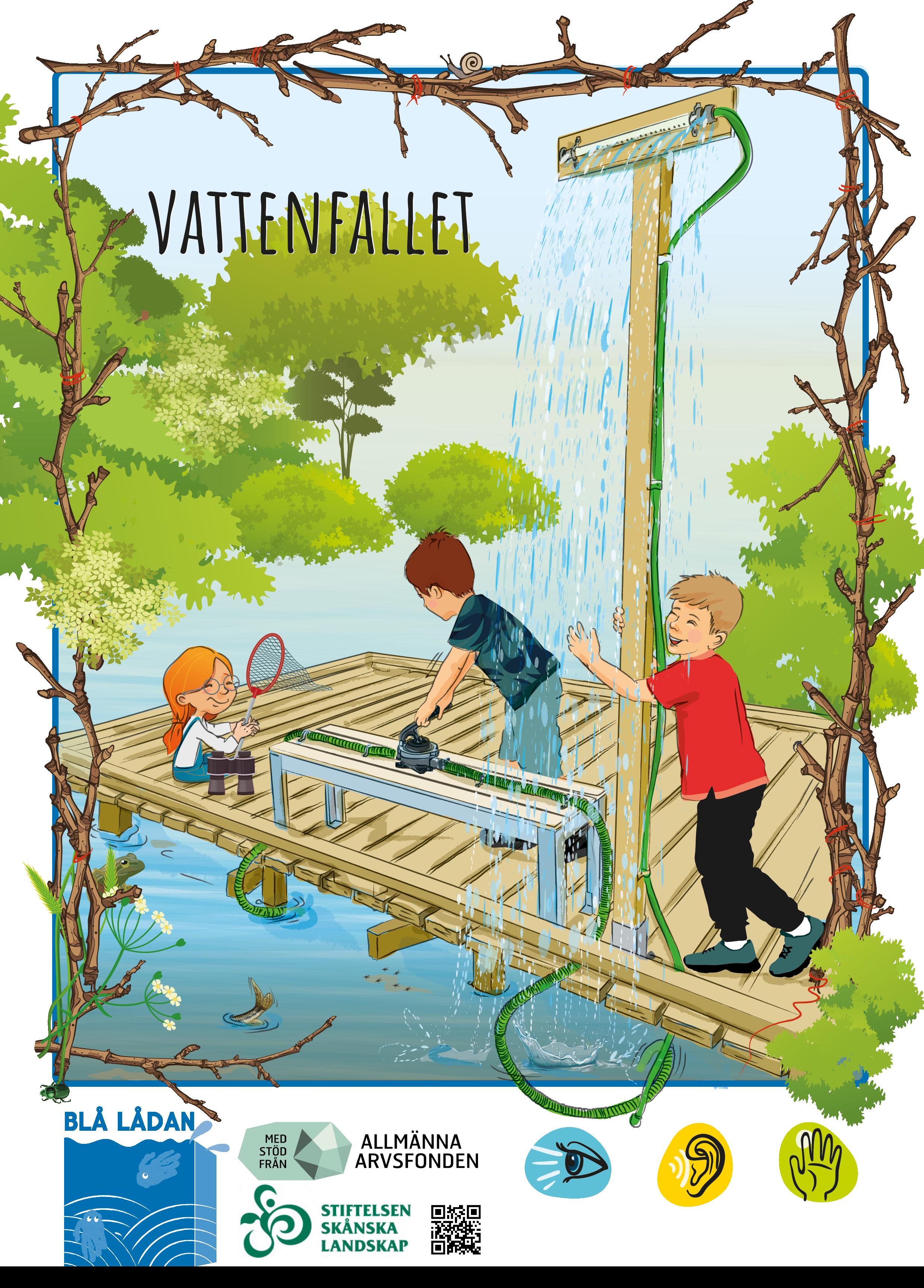Ett barn pumpar upp vatten genom en slang som är kopplat till ett rör med hål som skapar ett vattenfall. Ett annat barn leker med vattnet som faller i vattenfallet och en tredje sitter på bryggan och leker med en håv.