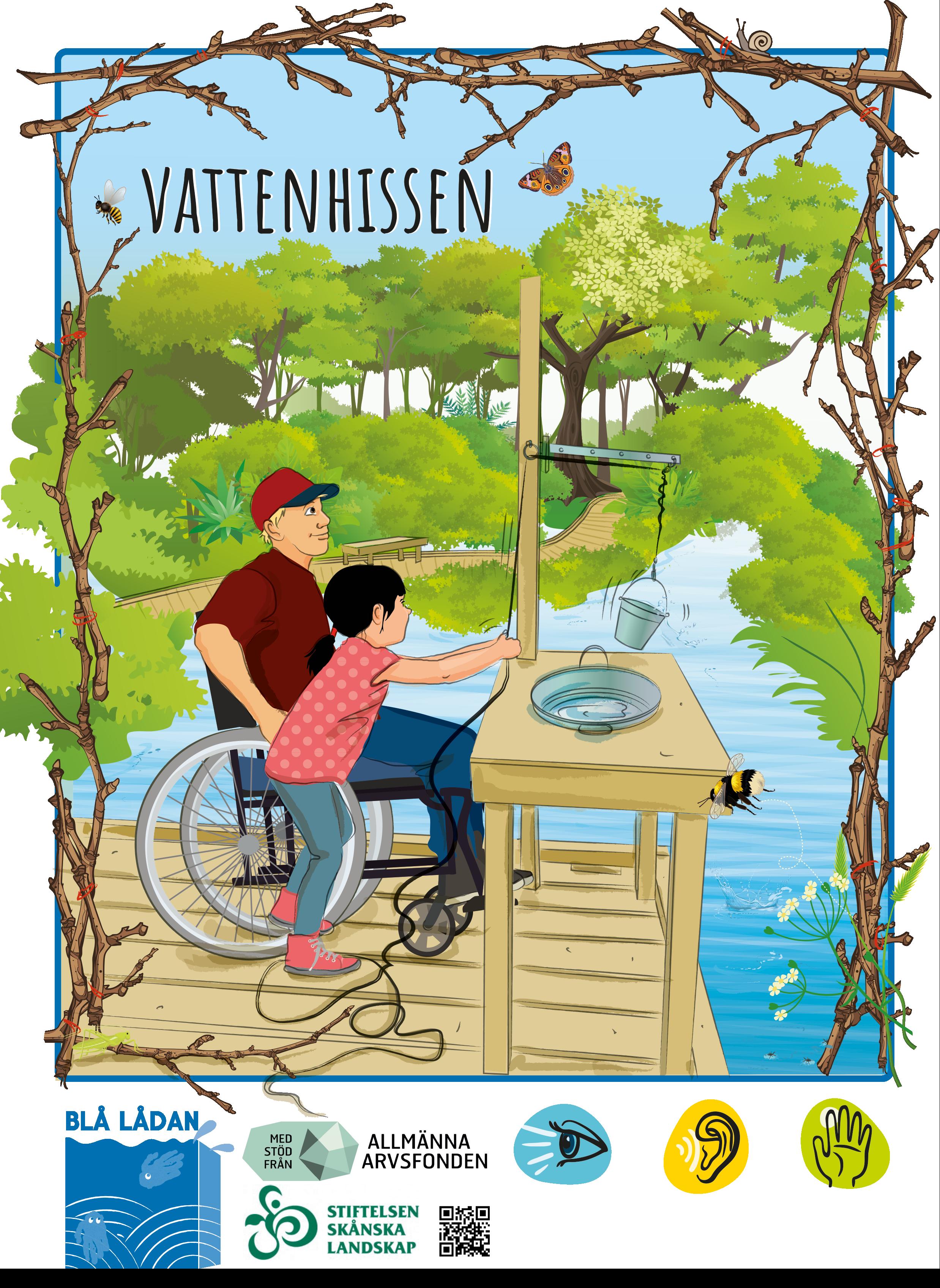 En liten flicka hissar upp en hink med vatten på en brygga i skogen tillsammans med en äldre man i rullstol