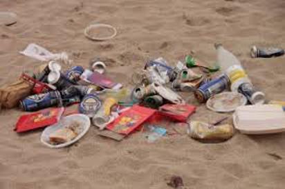 Bild på skräp i sand